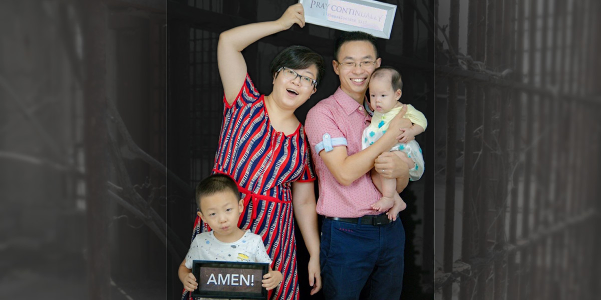 Qin Defu, wife, two children - Photo: Facebook / Pray for Early Rain Covenant Church