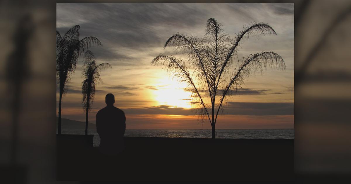 Man alone at sunset - Photo: Pixabay
