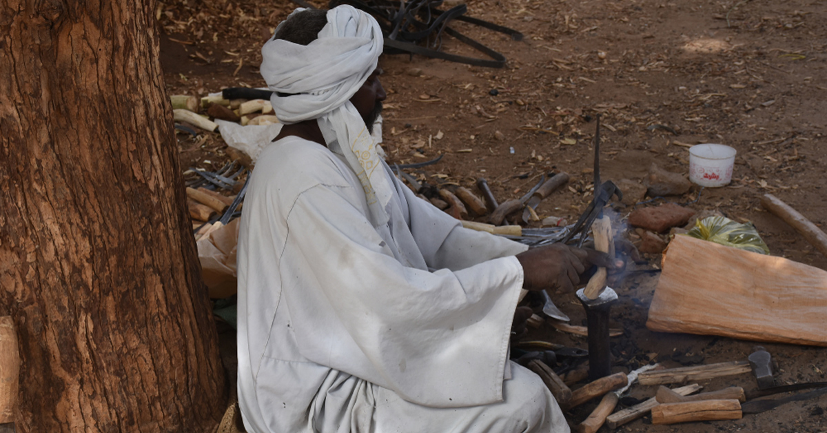 Wood carver in Sudan - Photo: Flickr/Claudiovidri